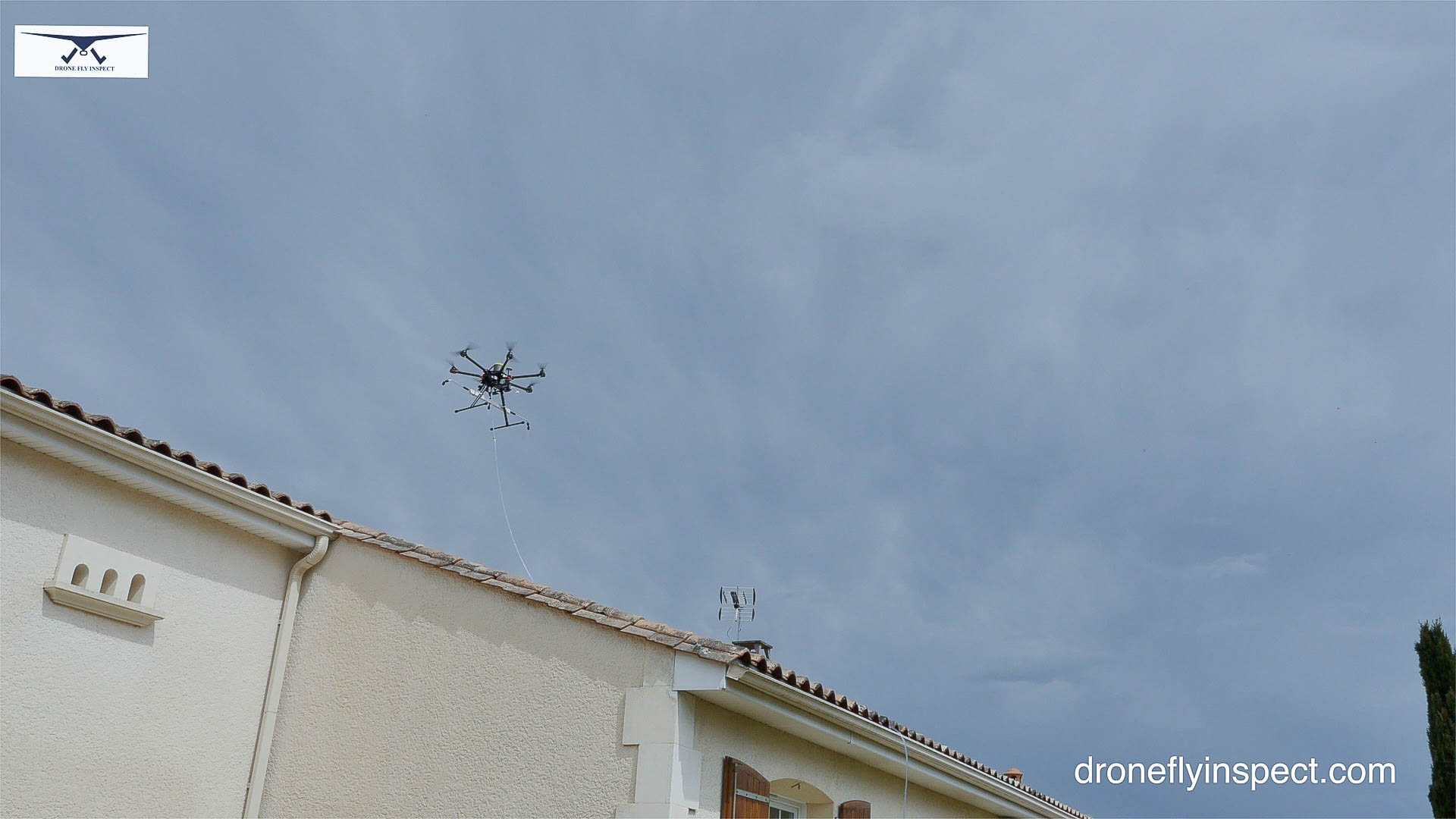 nettoyage de vos toitures par drone drone fly inspect. Black Bedroom Furniture Sets. Home Design Ideas